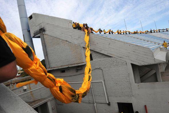 De esta forma se fue pasando la bandera una vez dentro del estadio, paso...