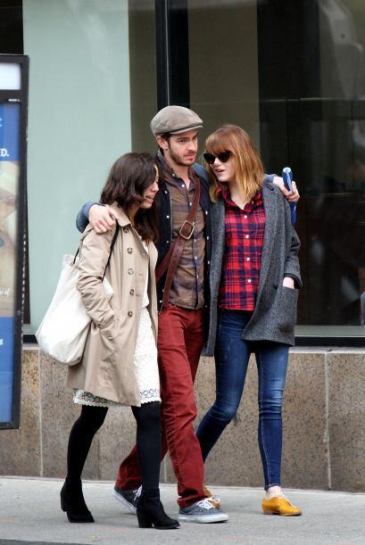 La pareja disfruta de estar en compañía de sus amigos más cercanos para...
