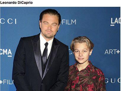 Famosos (cantantes y actores) posando con la versión más joven de ellos...