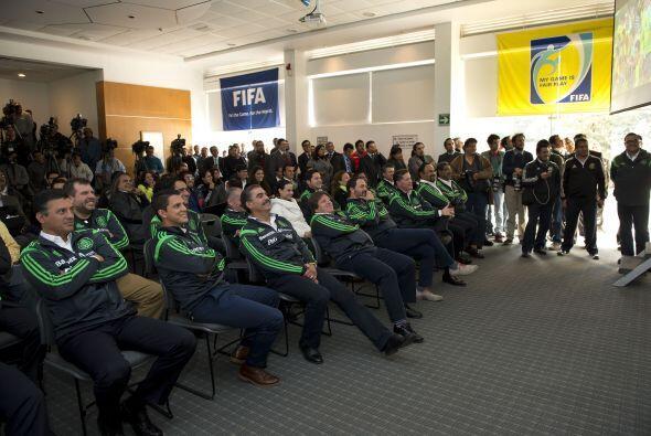 Una sala de conferencias llena de medios de comunicación, entrenadores d...