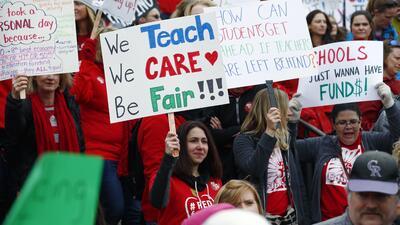 """""""Algunos meses he tenido que escoger entre comida o gasolina"""": los maestros de Colorado nos cuentan por qué protestan y qué necesitan"""