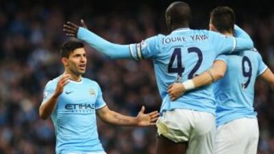 El 'Kun' festejando con Touré y Negredo uno de sus goles ante los 'Spurs...