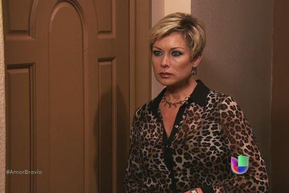 Isadora escucha al otro lado de la puerta, sabe que su amante ha pedido...