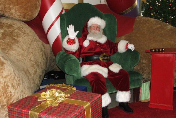 Nada más y nada menos que el mismo Santa Claus recibe a los niños.