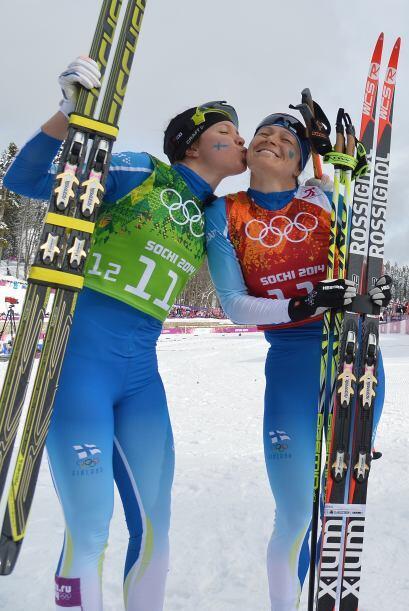 Kerttu Niskanen, de Finlandia, besa a su compañera Aino - Kaisa Saarinen...