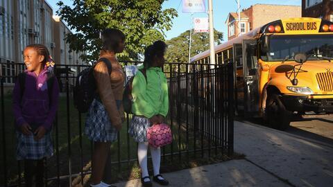 Estudiantes afuera de una escuela en Chicago.