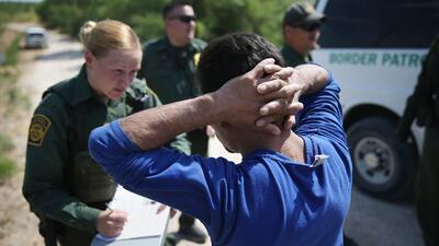 Un inmigrante indocumentado es detenido en un tramo de la frontera entre...