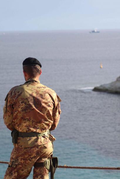 Un militar italiano vigila la costa de Lampedusa, Italia. La búsqueda de...