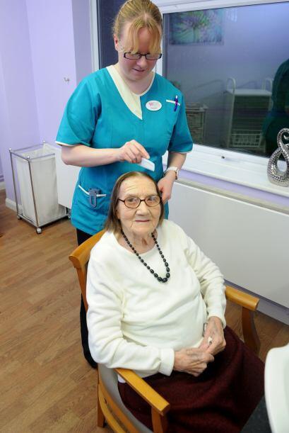 En Fairfield Care Home cuidan de ella y de su hermosa y sedosa cabellera...