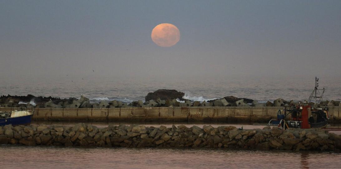 Suerluna asomando en la Bahía de Bert, en Suráfrica