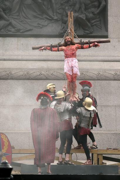 Décima Estación: Jesús es crucificado.