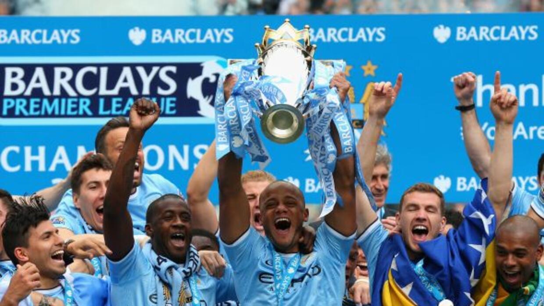 El capitán Kompany levantó el trofeo de la Premier, coronando el esfuerz...