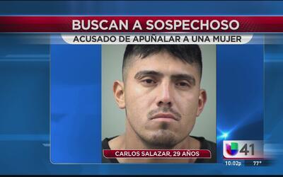 Las autoridades buscan a un hombre acusado de apuñalar y matar a una muj...