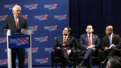 El secretario de estado de EEUU, Rex Tillerson, es escuchado por el pres...