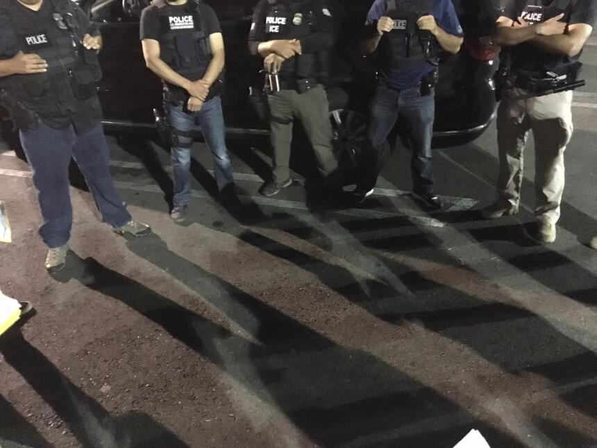Casi todos los oficiales de ICE en este equipo son de origen hispano.