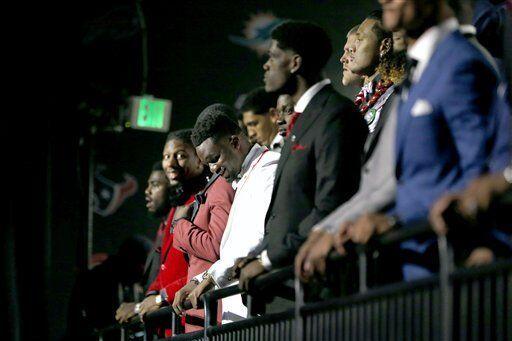 Los jugadores prospectos esperaban oir su nombre en cada pick (AP-NFL).