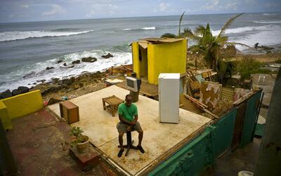 Un residente de La Perla sin techo luego del paso del huracán Mar...