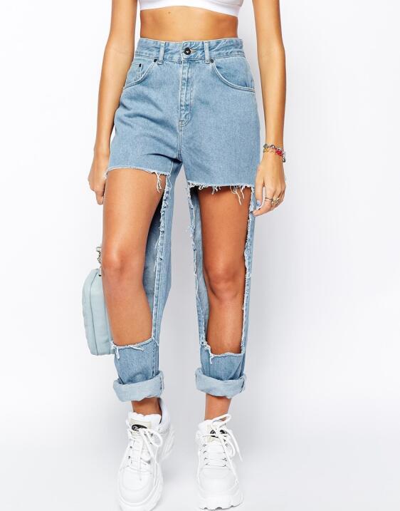 Los jeans se pueden llevar rotos, sí, pero quizás a Asos se les haya ido...