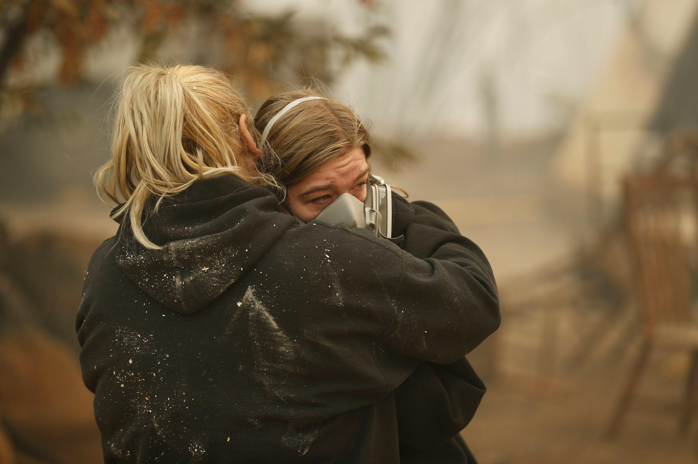 Hay 11 muertos y más de 300,000 evacuados por dos incendios importantes en California - Univision 34 Los Angeles